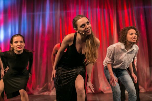 Młodzi aktorzy muszą wykazać się nie tylko umiejętnościami wokalnymi, ale też aktorskimi i tanecznymi. Za zdjęciu od lewej: Alicja Wejer, Marta Suprun i Julia Witulska.