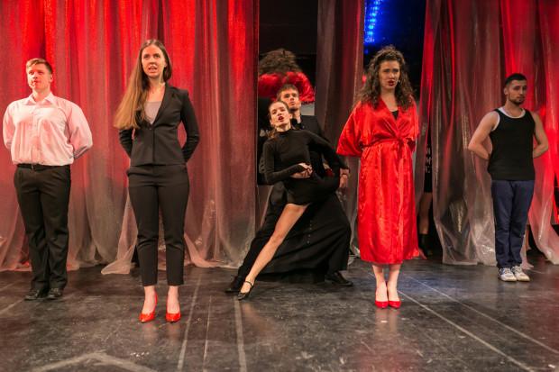 Alicja Wejer (w środku, razem  Filipem Łachem) wykonała efektowne tango. Do większości utworów zaangażowani są koledzy i koleżanki z roku.