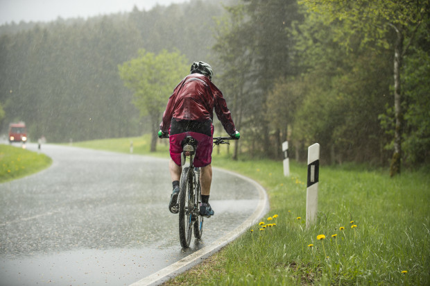 Jazda rowerem w deszczu - jak się do niej przygotować?
