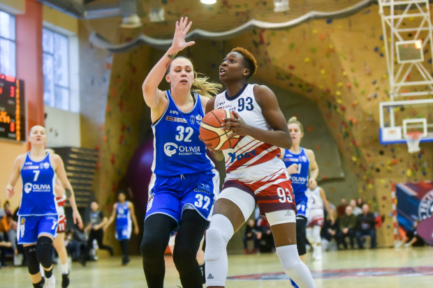 Koszykarkom AZS UG ciężko było zatrzymać Alice Nayo (nr 93). Koszykarka DGT PG zdobyła 17 punktów.