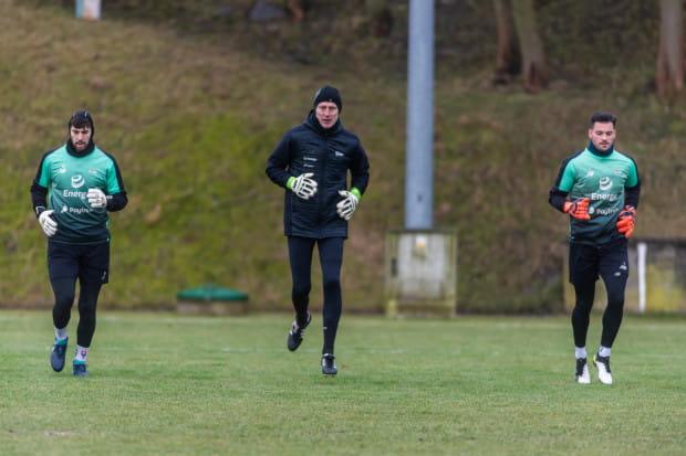 Od lewej: Dusan Kuciak, Jarosław Bako, trener bramkarzy Lechii Gdańsk, Zlatan Alomerović.