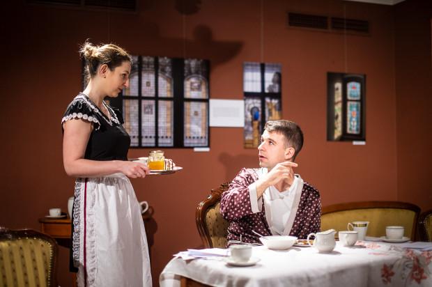 Brytyjska klasa średnia z połowy XX wieku przedstawiona jest w sposób tradycyjny. Na zdjęciu Jannet (Agnieszka Wiśniewska) i Harry (Michał Chowaniec).