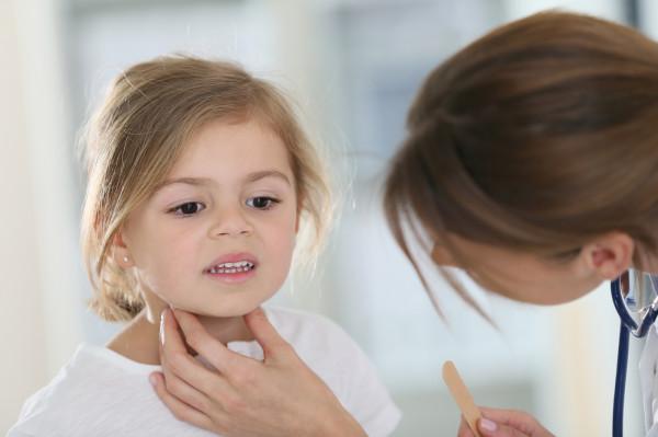 Wydawanie zaświadczeń potwierdzających, że dziecko jest zdrowe, nie jest usługą obowiązkową i objętą finansowaniem ze środków publicznych w ramach podstawowej opieki zdrowotnej.