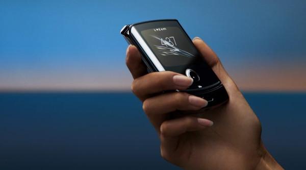 Sprzęt na pierwszy rzut oka wygląda niepozornie, dopiero po otworzeniu naszym oczom ukaże się elastyczny ekran OLED o przekątnej 6,2 cala.