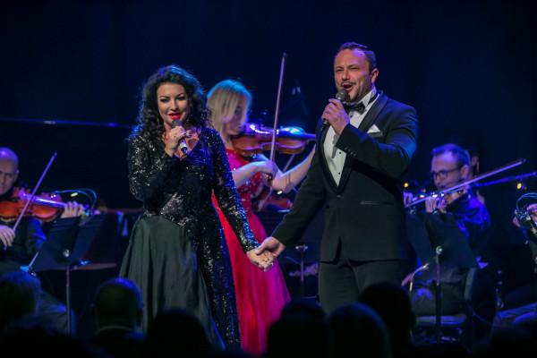Alicja Węgorzewska - mezzosopran - i Mirosław Niewiadomski - tenor - w niedzielny wieczór zaśpiewali w Filharmonii Bałtyckiej najpiękniejsze miłosne arie, piosenki i duety.