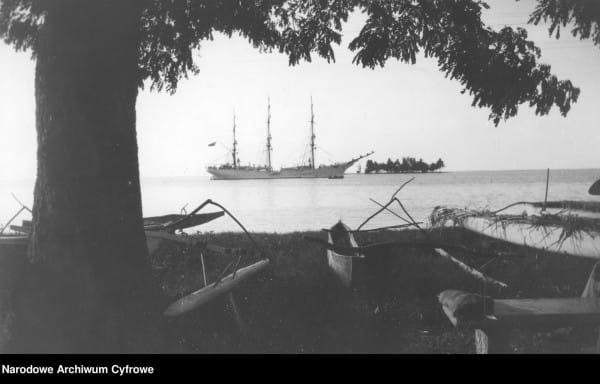 """""""Dar Pomorza"""" na Tahiti podczas rejsu dookoła świata."""