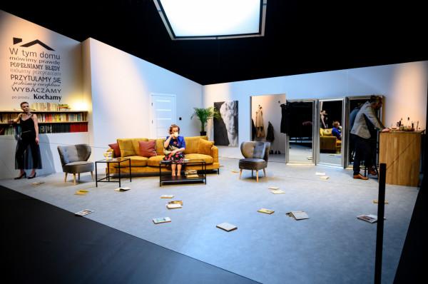 Dom Szczepana i Anny to mieszkanie inteligencji z klasy średniej - pełne książek i mebli z Ikei, z afirmacją dobrych rodzinnych praktyk na ścianie.
