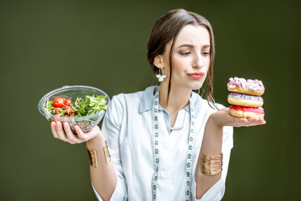 Spadek formy może wynikać z niedoboru składników odżywczych, źle zbilansowanej diety, spożywania wysoko przetworzonej żywności, węglowodanów prostych i tłuszczów trans.