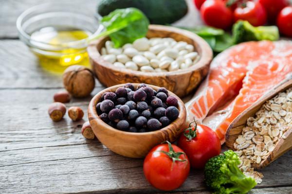 W diecie ukierunkowanej na dobre samopoczucie psychiczne powinny znaleźć się ryby, mięso, produkty mleczne, a także pestki dyni, nasiona roślin strączkowych czy zdrowe tłuszcze.
