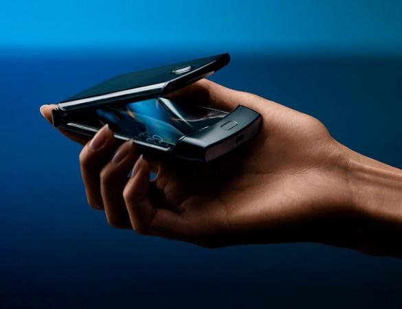 Sprzęt na pierwszy rzut oka wygląda niepozornie, dopiero po otworzeniu naszym oczom ukaże się elastyczny ekran OLED o przekątnej 6,2 cala. Cena? Motorola Razr kosztuje aż 7299 zł.
