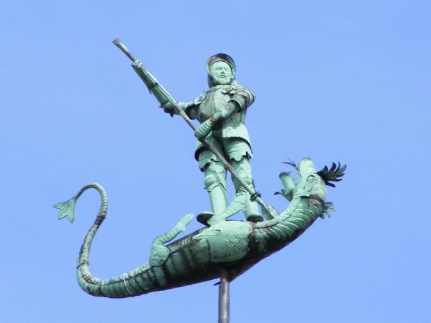 Figura Świętego Jerzego walczącego ze smokiem wieńczy ozdobną wieżyczkę na dachu Dworu Bractwa św. Jerzego w Gdańsku.