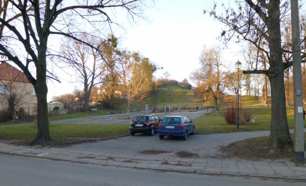 Samochody regularnie parkują w parku na Siedlcach przy ul. Bema.