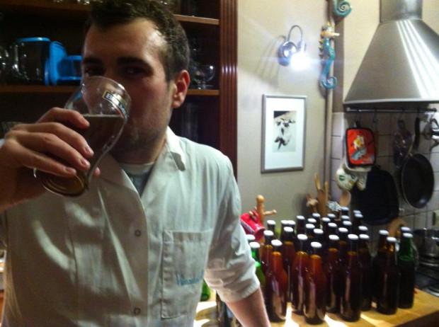 Tomasz Brzostowski degustuje pierwsze uwarzone przez siebie piwo.
