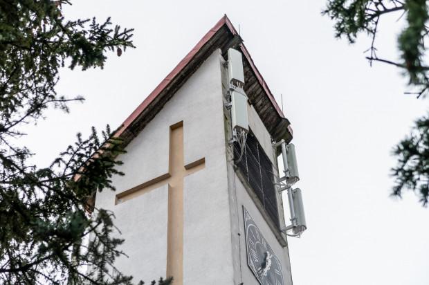 Dzięki głośnikom dźwięk z mszy św. słyszany jest też przed kościołem.