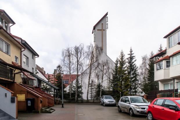 Kościół jest blisko budynków. Niektórzy mieszkańcy nie chcą słuchać mszy św.
