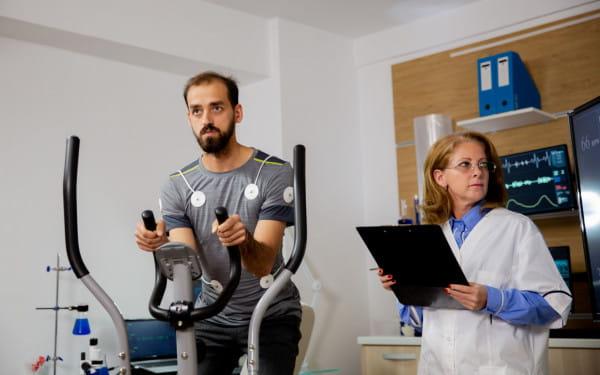Zdecydowana większość zawodów biegowych dla amatorów wymaga od uczestników deklaracji dotyczącej stanu zdrowia. Czy obowiązkowe zaświadczenia lekarskie pozwoliłyby zmniejszyć ryzyko tragicznych incydentów na trasie?