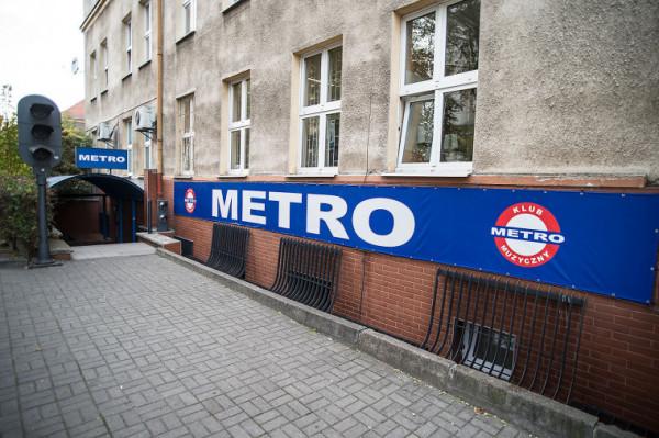 Klub Metro działał przy ul. Miszewskiego 12/13 we Wrzeszczu, najczęściej odwiedzali go mieszkający w okolicznych akademikach studenci.