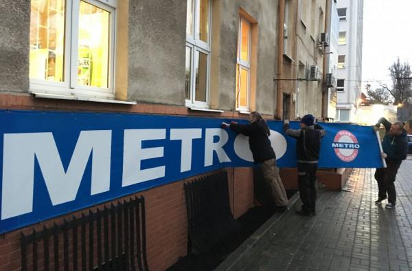 O zamknięciu klub poinformował na swoim profilu na Facebooku. Zdjęcie z demontażu logo Metra.