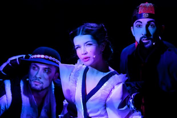 """Pełną uroku """"francuską"""" Poduszkę gra Martyna Gogołkiewicz (w środku). Sympatię budzi też bezpośredni Kapeć w wykonaniu Macieja Koniecznego (po lewej). Na zdjęciu z Budzikiem w wykonaniu Pawła Klowana (po prawej)."""