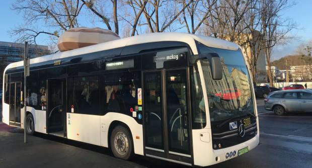 Autobus z pączkiem na dachu to Mercedes eCitaro. Będzie jeździł na testach w Gdyni do wtorku.