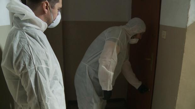 W swojej pracy technicy wykorzystują specjalne maski, kombinezony i rękawiczki.