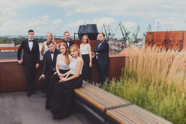 Zespół Art'n'Voices tworzą: Filip Czajkowski, Maria Krueger, Mateusz Warkusz, Marta Jundził, Tomasz Chyła (górny rząd, od lewej) oraz Szymon Duraj, Anna Rocławska-Musiałczyk i Małgorzata Priebe (dolny rząd od lewej).