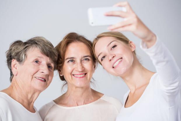 """Dermatolodzy przekonuja, że nie da się oszukać czasu i pielęgnować skóry """"na zapas"""", ponieważ na każdym etapie ma ona różne potrzeby."""