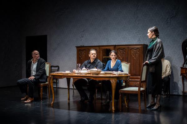 """Rodzina Gołowinów w """"Śmierci Iwana Iljicza"""" uwięziona jest w przedziwnym bezczasie, zjednoczona we wspólnym, pozbawionym większych emocji oczekiwaniu nieuniknionego."""