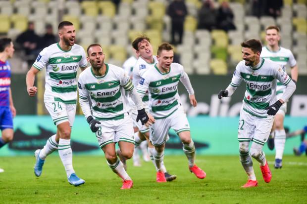 Łukasz Zwoliński (nr 24) nie zamierza grzać ławki rezerwowych w Lechii, ale Flavio Paixao (drugi od lewej) strzela gole jak na zawołanie. Trener Piotr Stokowiec jest jednak przekonany, że pogodzi ambicje obu piłkarzy.