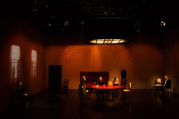 Przestrzeń spektaklu zaskakuje pustką, a wielkie ściany pokryte tapetami nabrzmiałe są od grzyba. W scenografii Karoliny Kornelii Kowalczyk choroba toczy więc nie tylko Iwana Iljicza, ale też jego dom rodzinny.