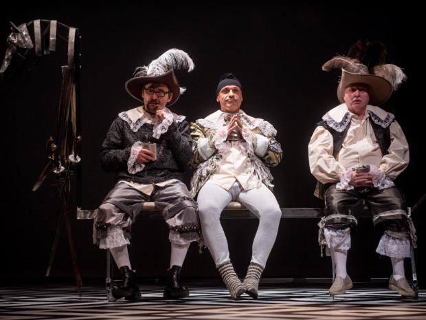 Tytułowi trzej muszkieterowie, czyli od lewej: Atos (Grzegorz Wolf), Aramis (Mariusz Żarnecki) i Portos (Maciej Sykała) w spektaklu Rafała Szumskiego są emerytami, przyrośniętymi do ławeczki.