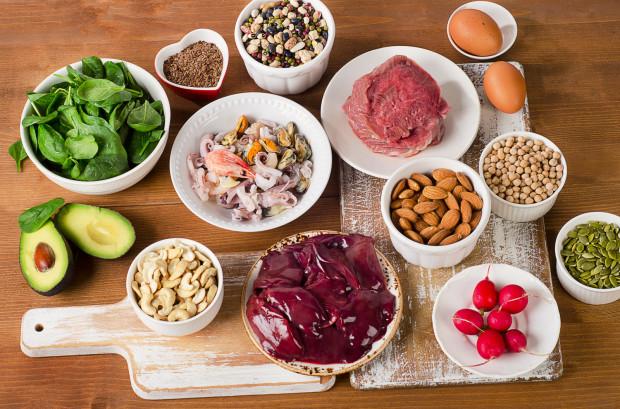 Królem jeśli chodzi o zawartość dobrze przyswajalnego żelaza są podroby np. wątróbka. Dobrym źródłem żelaza jest też czerwone mięso (np. wołowina czy wieprzowina) i żółtka jaj. Wśród roślinnych produktów bogatych w żelazo, pionierem są przede wszystkim kasze, orzechy, nasiona i strączki.
