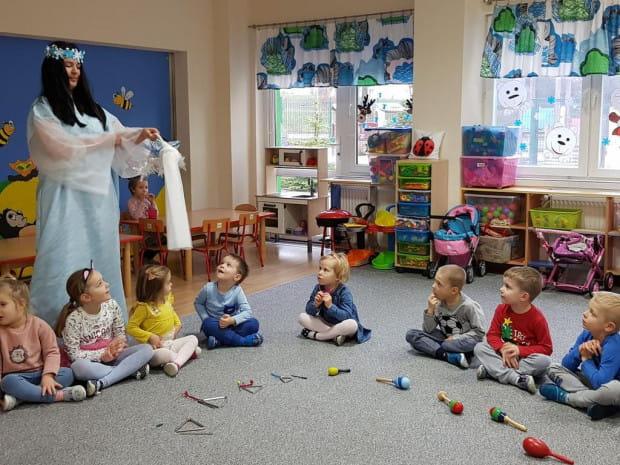 W Wesołym Przedszkolu Cudowna Kraina odbywa się szereg zajęć rozwijających umiejętności artystyczne, z muzykoterapią na czele.