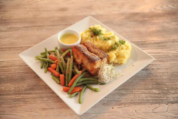 Stek z halibuta w sosie cytrynowym, podany z puree i gotowanymi warzywami.
