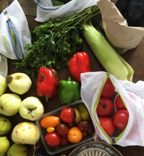 Do przechowywania żywności można też użyć starych, dobrych opakowań. Robienie porządków w kuchni i wyrzucenie wszystkich plastikowych pudełek, by kupić nowe, lepsze plastiki albo nawet szklane opakowania wcale nie jest eko.