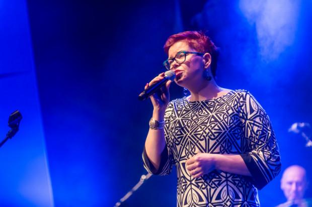 """Koncert zatytułowany jest """"Let's swing, Baby!"""". Na zdjęciu Joanna Knitter podczas koncertu urodzinowego miasta Gdyni. Znana w Trójmieście wokalistka planuje wydać płytę z utworami Arethy Franklin, a wspomóc jej projekt można  tutaj ."""