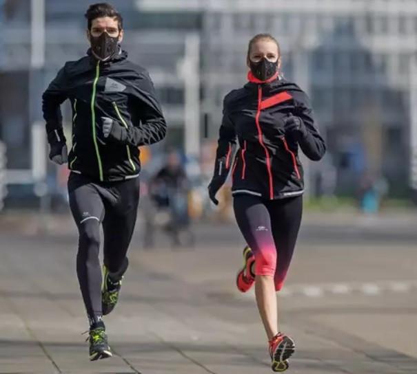 Maski smogowe z pewnością wyglądają u biegaczy efektownie, ale kiedy są raczej modnym dodatkiem, a kiedy naprawdę się przydają?