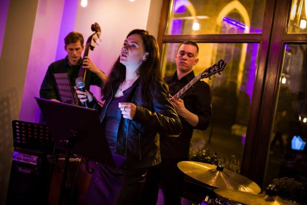 Kameralne koncerty w restauracjach umilają czas klientom, są też szansą na pokazanie się dla lokalnych artystów.