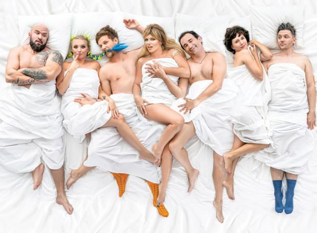 """""""Swingersi"""" to przewrotna polska komedia o związkach, seksie, małżeństwie i miłości. Bohaterami są ludzie w różnym wieku, o różnym społecznym statusie i na różnym etapie życia."""