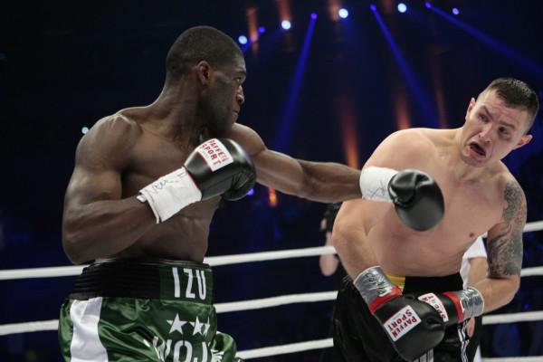 Zostać zawodowym bokserem, czy trenować ten sport dla przyjemności? W Trójmieście nie brakuje klubów, które rozwijają w obu kierunkach. Na zdjęciu Izu Ugonoh w trakcie walki z Łukaszem Rusiewiczem.