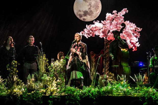 Anita Lipnicka wystąpiła na scenie przystrojonej w trawy, paprocie, kwiaty i drzewa.