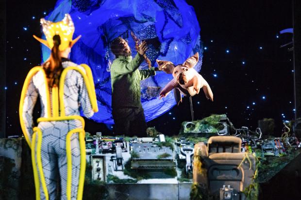 Dzięki świetnie zaprojektowanej scenografii Matyldy Kotlińskiej przez szyby statku kosmicznego oglądamy przestrzeń kosmiczną i obiekty znajdujące się w kosmosie.
