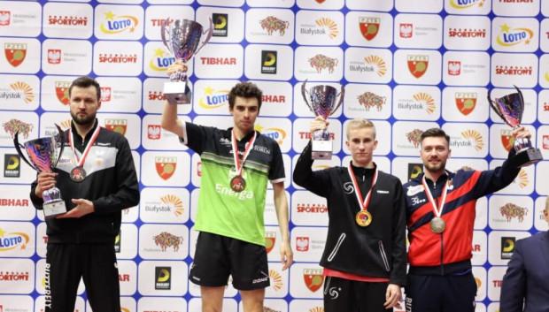 Najlepsi tenisiści stołowi w grze pojedynczej podczas mistrzostw Polski seniorów. Pierwszy od lewej Patryk Chojnowski.
