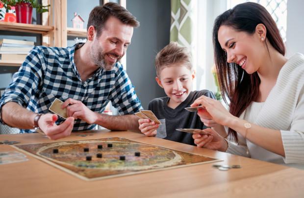 Jakie wybrać gry, książki i miejsca najlepiej wpływające na rozwój poznawczy, społeczny i emocjonalny dzieci - podpowiada KOPD.