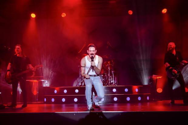 Wokalista Queen Machine bardzo umiejętnie naśladował wielkiego mistrza, jakim był Freddie Mercury.