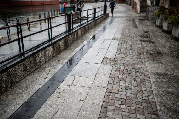Stan nawierzchni w najbardziej reprezentacyjnej części Gdańska pozostawia wiele do życzenia.