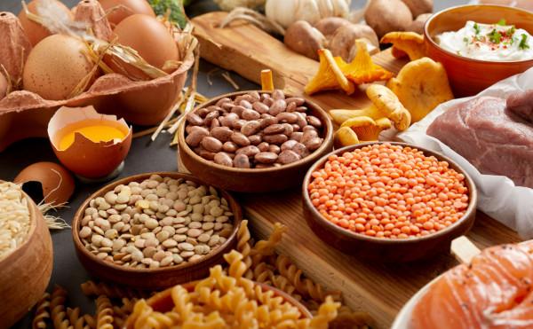 Jednym z zaleceń jest ograniczanie spożywania mięsa do 500 g tygodniowo.