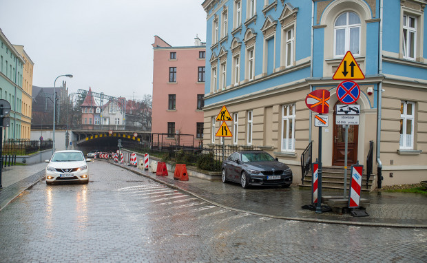 Słupki, które uniemożliwią nielegalne parkowanie na ul. Wajdeloty we Wrzeszczu, mają się pojawić do końca marca.