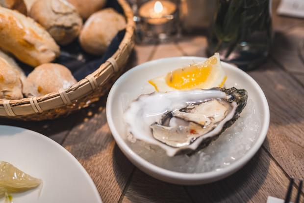 Żywe ostrygi znajdziemy w kilku trójmiejskich restauracjach.