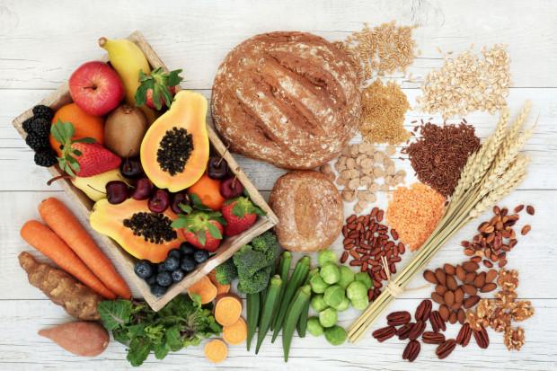 W diecie zapobiegającej nowotworom nie powinno zabraknąć produktów bogatych w błonnik i antyoksydanty.